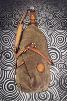 🐝beeswaxed canvas, veg tanned leather and solid brass hardware. Learn more to see the cool liner that comes with this bag. Made to improve with age. Canvas Travel Bag, Travel Bags, Commuter Bag, Day Bag, Brass Hardware, Solid Brass, Bag Making, Sling Backpack, Cotton Canvas