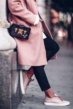 Розовое пальто – звучит немного по-детски, правда? А между тем именно этот цвет стал хитовым для весенних коллекций большинства брендов, перекочевав в них их коллекций прошедшей осени. Новый розовый — нейтральный цвет Впрочем, если вы себе представляете пальто в стиле Барби, то и очень зря – в тренде оттенки более нейтральные: «пыльный розовый», «розовое...