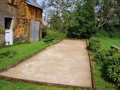 Réalisations bricolage des lecteurs du magazine Système D sur Réaliser un terrain de pétanque dans son jardin (Jardin - VRD - Assainissement) Lawn Games, Backyard Games, Backyard Ideas, Chillout Zone, Bocce Ball Court, Grace Home, Garden Online, Interior Exterior, Outdoor Fun