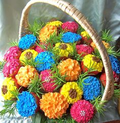 Cupcake Flower Basket Mixed flavors of cupcakes, decorated to look like flowers and arranged in a large basket. Pretty Cakes, Beautiful Cakes, Amazing Cakes, Love Cupcakes, Cupcake Cookies, Garden Cupcakes, Spring Cupcakes, Cupcake Heaven, Floral Centerpieces