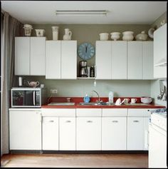 Raymond Loewy retro vintage kitchen Vintage Kitchen, Retro Vintage, Raymond Loewy, Kitchen Confidential, American Kitchen, Kitchen Cabinets, Kitchen Stuff, Architects, Interiors