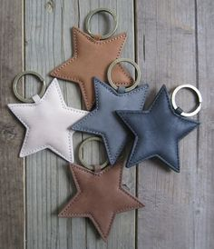 Diy Crafts sewing handmade gifts Ideas and Images Denim Crafts, Felt Crafts, Diy And Crafts, Crea Cuir, Craft Projects, Sewing Projects, Diy Gifts, Handmade Gifts, Leather Keychain