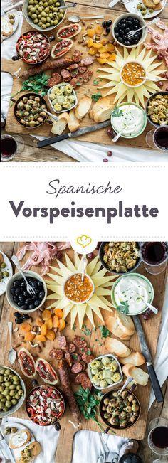 Auf der Tapas-Platte präsentiert sich ganz Spanien in Häppchen-Form. Mit dabei: Oliven, Meeresfrüchte, Aioli, Manchego, Chorizo, Sherry-Champignons, ...