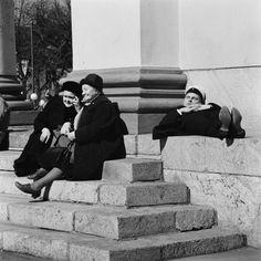 Tuomiokirkon portailla vappuna. Helsingin kaupunginmuseo Volker von Bonin 1966