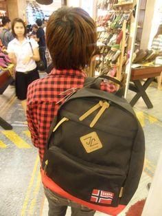 สำหรับคนรักเทรน์ดเกาหลีขอแนะนำกระเป๋า Skono ที่ให้อารมณ์ออกแนวแฟชั่นแนวเกาหลีเป็นกระเป๋าเนื้อผ้าดี ตัดเย็บเรียบร้อย สีสันออกโทนแมน ดูเก๋เท่ห์ไม่เหมือนใคร ถ้าอยากได้สักใบ แวะมาช้อปได้ที่ Shoe Cafe