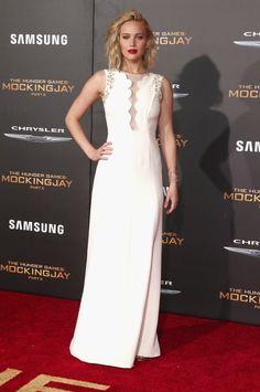 Pin for Later: Le Cast de The Hunger Games Rend Hommage aux Victimes des Attentats de Paris à la Première de LA Jennifer Lawrence