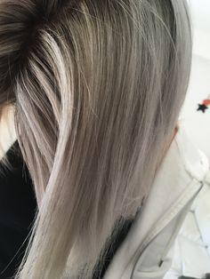 #blondhair #polaire #douceur #refletgris #gris #froid #blondpolaire #meches #leblonddemonenfance #femme #belle #colorist #hairdresser #coiffeur #coiffeuse