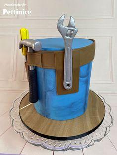 Pettinice   How to make a tool belt cake with Amanda Jull Fondant Tools, Fondant Cakes, Mechanic Cake, Tool Box Cake, Edible Glue, Tall Cakes, Bag Cake, Quilting Tools, Hand Saw