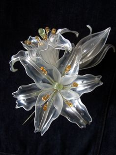 Kanzashi – lillies made from recycled plastic bottles Plastic Bottle Flowers, Plastic Bottle Crafts, Plastic Spoons, Plastic Art, Recycle Plastic Bottles, Resin Flowers, Diy Flowers, Paper Flowers, Recycled Bottles
