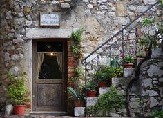 Angoli e scorci romantici del paese di Saturnia.  Romantic views and corners of Saturnia village.  Romantische Ansichten von Saturnia.