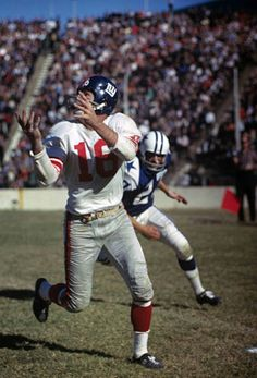 Frank Gifford receiving a pass