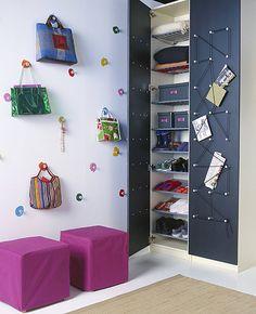Pro veselé a kreativní povahy máme skvělý tip v podobě pestrobarevných háčků na zeď Krokig. Pokud neseženete barevné háčky, pořiďte si nějaké obyčejné a plochu kolem věšáku natřete barvičkami, cena 49 Kč; IKEA