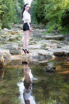 Fashionblog - Modeblog - Berlin - Kreuzberg - Hotpants - Pumps und Bluse im Viktoriapark am Wasserfall - Schuhe Christian Louboutin