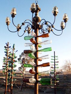 Elmer Long, a grizzled retiree who made many dozens of bottle trees in the Mojave Desert (old Route south of Barstow, California) . clever idea and rather charming . Wine Bottle Trees, Wine Bottle Art, Wine Bottles, Glass Bottles, Beer Bottle, Outdoor Art, Outdoor Gardens, Outdoor Living, Outdoor Decor