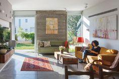 ריצוף בטון מוחלק וקירול בטון חשופים בסלון ובמטבח