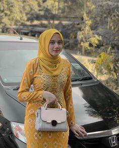 Beautiful Muslim Women, Beautiful Hijab, Hijabi Girl, Girl Hijab, Hijab Chic, Fantasy Character Design, Blonde Beauty, Satin Dresses, Satchel
