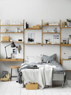 IKEA Deutschland | SVALNÄS ist unsere neue Arbeitsplatzkombination. Sogar im Schlafzimmer macht sie eine gute Figur, finden wir. http://www.ikea.com/de/de/catalog/products/S29184452/ #Stauraum #Ordnung #Wandregal #neubeiikea