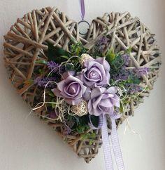 Celoroční+srdce+do+fialova.....+Proutěné+srdce+zdobené+umělými+růžemi,+levandulí+a+zelení,+doplněné+přírodním+materiálem.+Velikost+srdce:+30x30cm