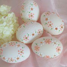 Easter Egg Crafts, Easter Eggs, Carved Eggs, Egg Art, Stone Painting, Painted Rocks, Carving, Mandala, Flowers