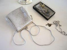 Omas elegantes silbernes Handtäschchen mit zarter altersbedingter Patina.  Sehr ordentlicher gebrauchter Zustand.