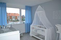 Rustige babyblauwe kinderkamer