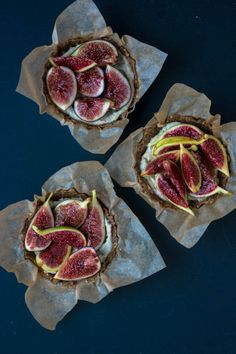 No Bake Summer Fig Tart - these little tarts are vegan and gluten-free and perfect for hot weather. No Bake Summer Fig Tart - these little tarts are vegan and gluten-free and perfect for hot weather. Fig Recipes, Vegan Recipes, Mini Tart Pans, Fig Tart, A Food, Good Food, Fresco, Healthy Treats, Vegan Gluten Free