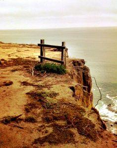 una valla en un precipicio
