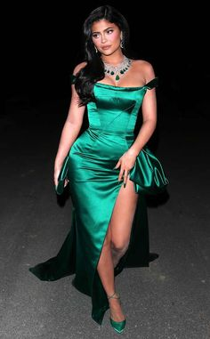 star, Kylie Jenner, rocks a leggy emerald gown during an evening out with friends in Los Angeles. Photos Kylie Jenner, Kylie Jenner Dress, Kylie Dress, Kylie Jenner Look, Kylie Jenner Fashion, Mode Outfits, Fashion Outfits, School Outfits, Stylish Outfits