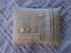 Finishing linen with lace and buttons Lavender Crafts, Lavender Bags, Lavender Sachets, Sewing Pillows, Diy Pillows, Throw Pillows, Fabric Crafts, Sewing Crafts, Sewing Projects