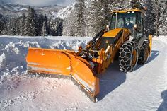 Chained and well trained! Snow Removal Equipment, Hunting Crafts, Snow Vehicles, Heavy And Light, Engin, Snow Plow, Heavy Machinery, Construction, Heavy Equipment