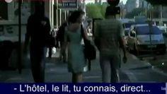 """Sofie Peeters a réalisé un film en caméra cachée dans les rues de Bruxelles afin de dévoilé au grand jour les insultes quotidienne que subissent les femmes. De la petite phrase de drague aux mots les plus grossiers, Sofie se prends des remarques plein la figure sans aucune raison. Le simple fait de marcher seule avec un style décontracté (et non provocateur) suffit pour qu'elle se fasse emm*rder. Voici un extrait de son film """"Femmes de la rue"""" ."""