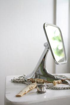 un espejo retrovisor como espejo de sobremesa