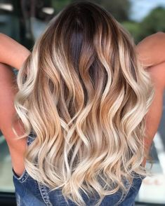 Blonde Hair With Brown Roots, Blonde Roots, Honey Blonde Hair, Hair Lights, Light Hair, Hair Color Highlights, Hair Color Balayage, Spring Hairstyles, Wig Hairstyles