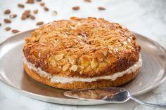 Bienenstich - German honey and almond cake (filled with vanilla custard) Bee Sting, Honey Cake, Vanilla Custard, Almond Cakes, Alps, German, Baking, Ethnic Recipes, Desserts