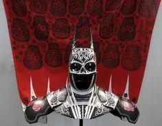 """Una pieza titulada """"El calavera"""", creada por los artistas Sonia Romero Ortega y Julio Carrasco Vigueras, de Zoveck Estudio, es exhibida en el Museo Mexicano del Diseño en la Ciudad de México el miércoles 3 de septiembre de 2014. La muestra """"Batman a través de la creatividad mexicana"""" reúne esculturas de la máscara y capas del superhéroe intervenidas por distintos artistas para celebrar el 75 aniversario del superhéroe (Foto AP/Isaac Garrido)"""