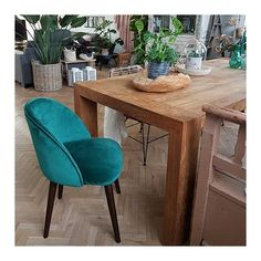 Products Dahlia Dining Chair, Velvet Upholstered, Onyx Black Cult Furniture Ultimate Deck And Patio Kitchen Chairs, Dining Room Chairs, Kitchen Furniture, Kitchen Interior, Furniture Design, Dining Rooms, Table Office, Mid Century Dining, Wooden Dining Tables