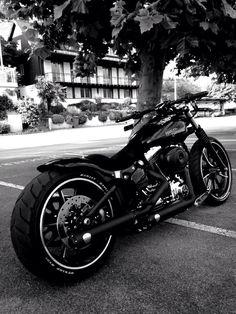 """Facebook"" Harley Davidson Breakout Friends Europe"
