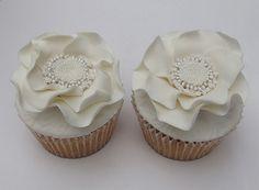 White flower wedding cupcakes White Wedding Cupcakes, Camo Wedding Cakes, Elegant Cupcakes, My Wedding Favors, Pretty Cupcakes, Flower Cupcakes, White Wedding Flowers, Fun Cupcakes, Wedding Ideas