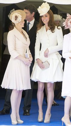 The Duchess of Cambridge chose a cream double-breasted Alexander McQueen coat-dress. In picture: The Countess of Wessex, the Duchess of Cambridge and the Duchess of Cornwall. Estilo Kate Middleton, Kate Middleton Photos, Kate Middleton Style, Royal Fashion, Look Fashion, Big Fashion, White Fashion, Princesse Kate Middleton, Herzogin Von Cambridge