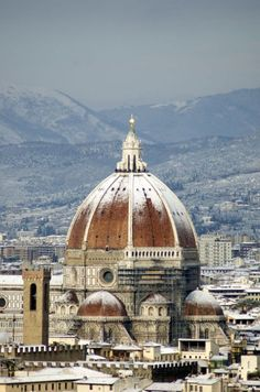 Florence is the capital city of the Italian region of Tuscany and of the province of Florence. It is the most populous city in Tuscany, with approximately 370,000 inhabitants, expanding to over 1.5 million in the metropolitan area