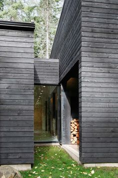 Image 2 of 27 from gallery of Courtyard House on a River / Robert Hutchison Architecture. Photograph by Mark Woods House Cladding, Timber Cladding, Exterior Cladding, Black Cladding, Architecture Courtyard, Modern Architecture, Architecture Photo, Contemporary Buildings, Wooden Facade
