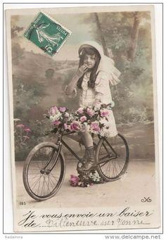 """Carte Postale Ancienne """"Fille sur le vélo"""" France."""