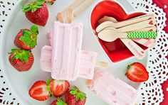 Strawberry Pops 3 cups hulled and halved strawberries cup strawberry puree cup pineapple juice 3 tbs honey 1 ripe banana Healthy Popsicle Recipes, Healthy Popsicles, Yogurt Popsicles, Healthy Recipes, Snacks Recipes, Healthy Habits, Healthy Choices, Frozen Desserts, Frozen Treats