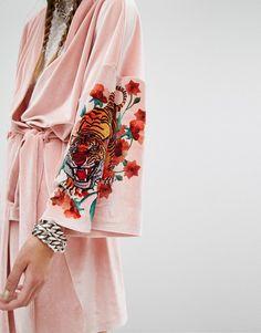 Bild 3 von Jaded London – Velvet Trophy – Kimono mit Tiger auf der Rückseite, Kombiteil