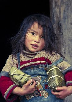 VietNamNet Bridge - French photographer Eric Lafforgue is known worldwide for his photographs of mysterious North Korea. He visited Sapa in Vietnam and captured images of the beautiful ethnic girls. Kids Around The World, We Are The World, People Around The World, Precious Children, Beautiful Children, Beautiful People, Eric Lafforgue, World Cultures, Cute Kids