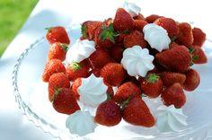 Kattausvinkkejä puutarhajuhliin – Ruoka.fi Raspberry, Strawberry, Fruit, Food, Essen, Strawberry Fruit, Meals, Raspberries, Strawberries