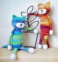 Ha szeretsz horgolni és szeretnél egy kedves plüssjátékot készíteni a gyerekeknek vagy egy macska imádó barátodnak/rokonodnak, akkor ezt a remek ingyenes (körökre osztott) amigurumi horgolásmintát,