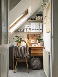 40 Inspiring Small Home Office Ideas Working from home can be a challenge, especially if you don't have much extra space. But with these 40 small home office ideas you get inspired to create a functional small home office Furniture For Small Spaces, Home Furniture, Small Rooms, Home Office Decor, Office Ideas, Modern Farmhouse, Farmhouse Decor, Sweet Home, Cheap Home Decor