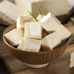 El tofu, una importante fuente de proteínas, contiene los 10 aminoácidos esenciales que el organismo necesita a través de la dieta. Es rico en hidratos y fibra, lo cual lo convierte en el alimento perfecto en los regímenes dietéticos. Cuenta con numerosas vitaminas, destacando la E y las del grupo B. Aporta cantidades importantes de Calcio, Lecitina, minerales e Isoflavonas. No tiene conservantes ni hormonas y es un importante antioxidante.