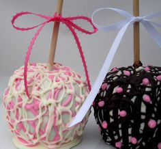 Pink-White-Black Special Event Gourmet Caramel Chocolate Apples, pink & black looks very halloween'ish Blue Candy Apples, Gourmet Caramel Apples, Chocolate Covered Apples, Easter Chocolate, White Chocolate, Caramel Candy, Chocolate Caramels, Candy Recipes, Apple Recipes
